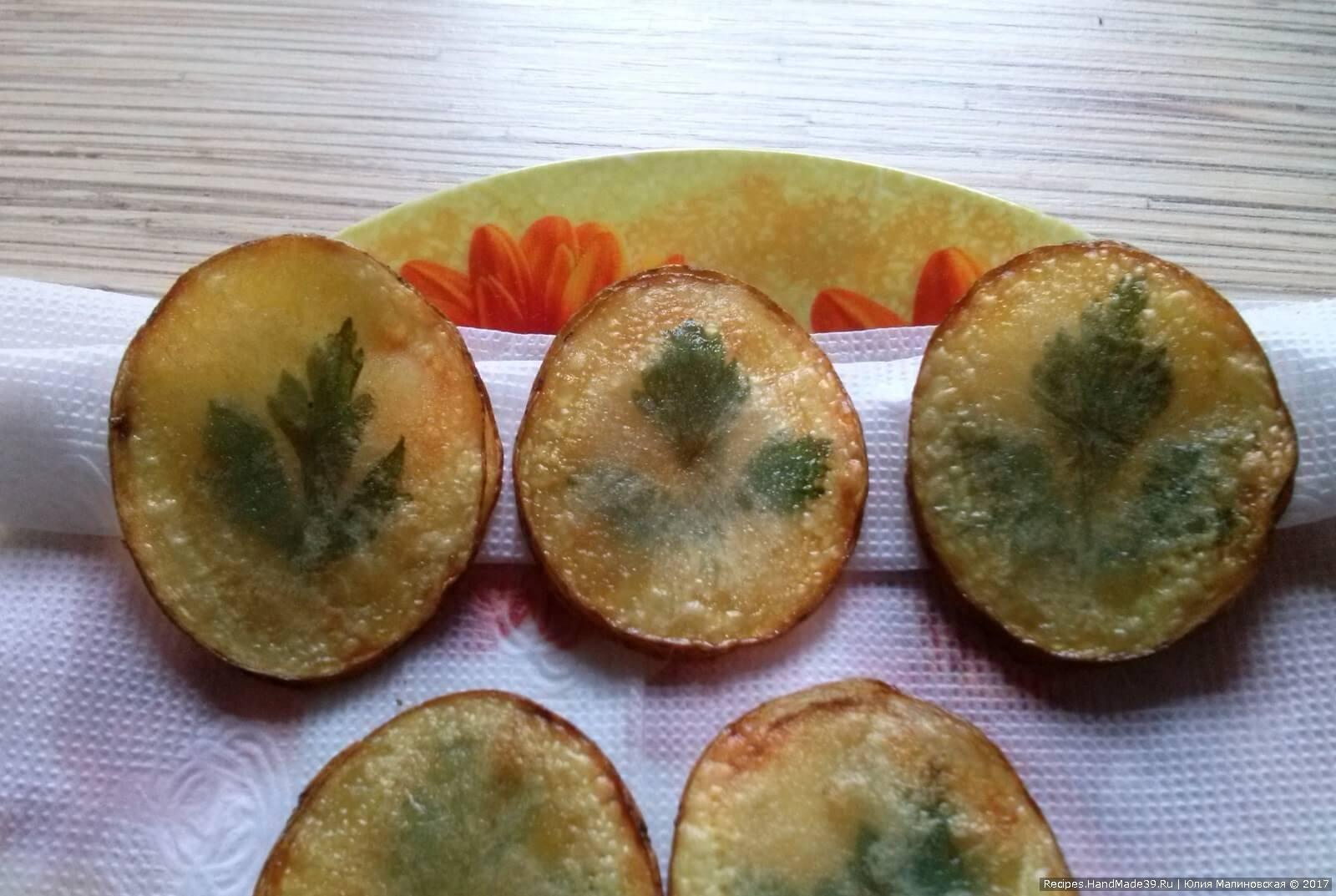 Готовые чипсы можно использовать как гарнир или украшение любого салата. Приятного аппетита!