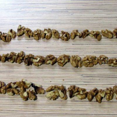 С помощью иглы нанизать орехи (на 2/3 длины нити) на несколько прочных ниток длиной 45 см