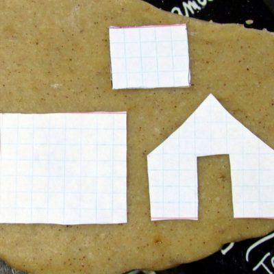 Тесто тонко раскатать, приложить детали выкройки