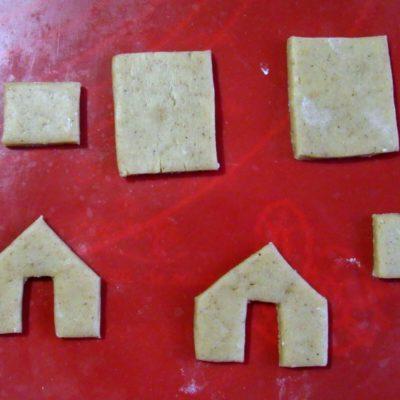 На каждый домик нужно сделать по две заготовки каждой выкройки — всего 6 шт
