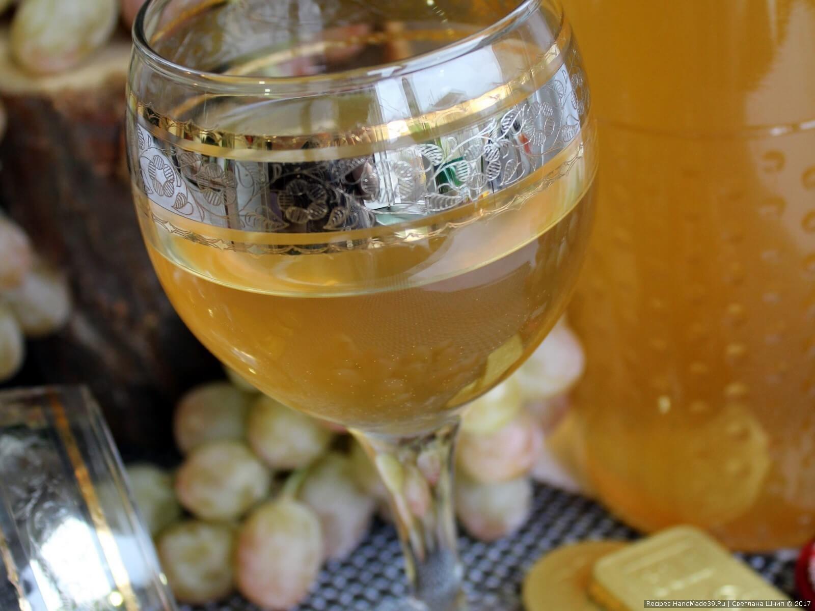 Домашнее вино из зелёного винограда – фото шаг 16. Вино заново отфильтровать при помощи резиновой трубки, разлить по бутылкам и поместить в подвал на длительное хранение