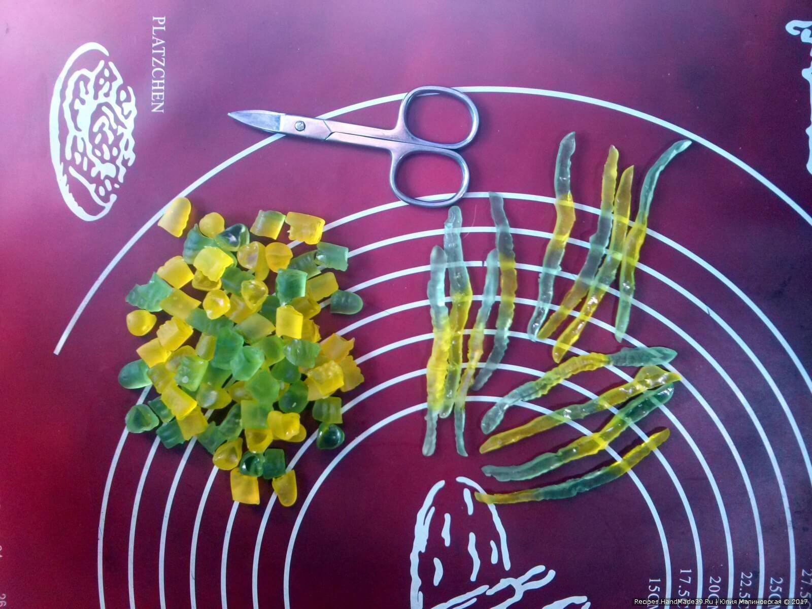 Желейных червячков порезать: 3 червячка вдоль на 4 части, остальных червячков – кубиками