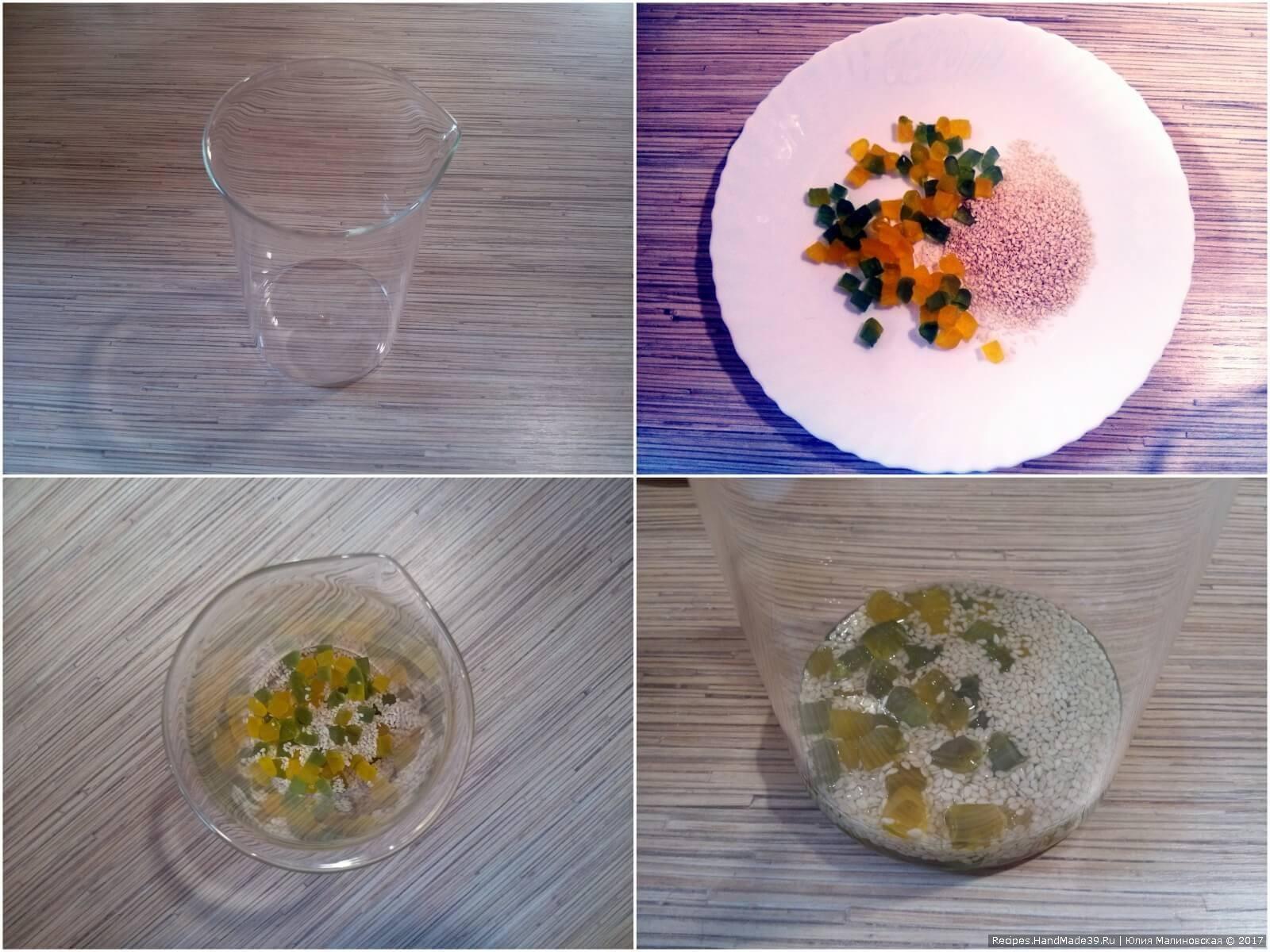 В глубокий стакан на дно выложить желейные кубики и кунжут. Залить желе, чтобы покрыло. Поставить на холод