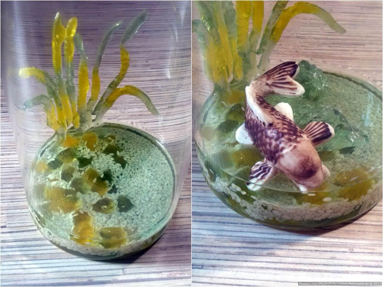 На застывшее желе положить рыбку, на бок стакана прилепить полоски из желейных червячков, предварительно обмакнув их в желе для липкости