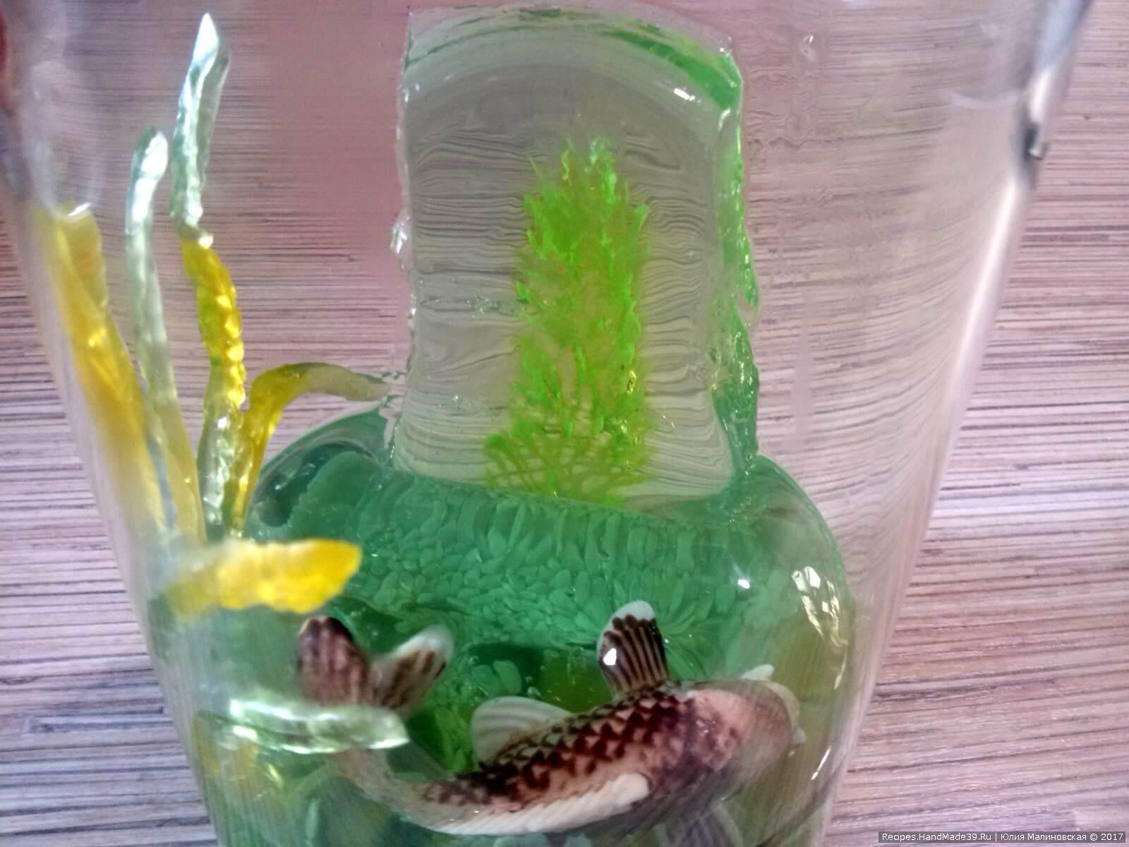 Установить желе с водорослями в стакане, залить желе, но не доверху