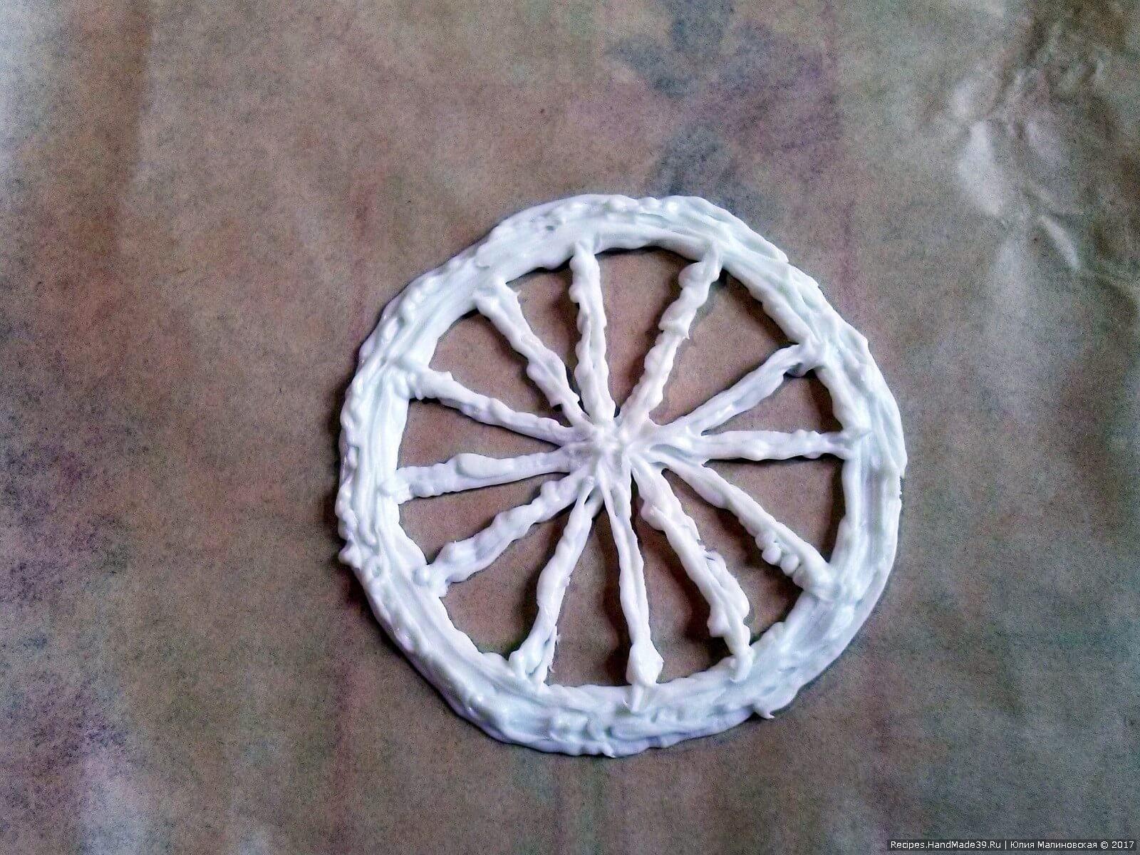 Растопленным белым шоколадом нарисовать круг и секторы долек лимона