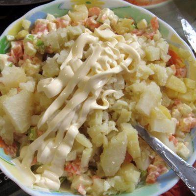 В миске смешать картофель, яблоко и морковь