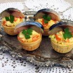 Скумбрия с овощным салатом в тарталетках