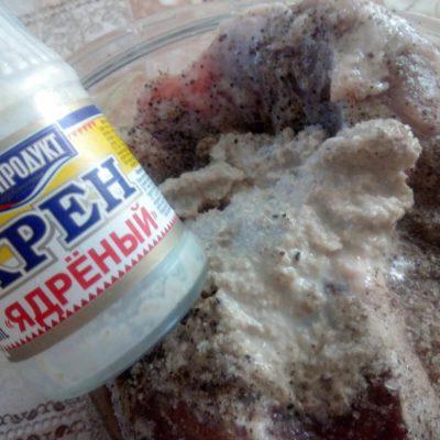 Смешать все остальные ингредиенты для маринада, залить маринадом мясо с чесноком