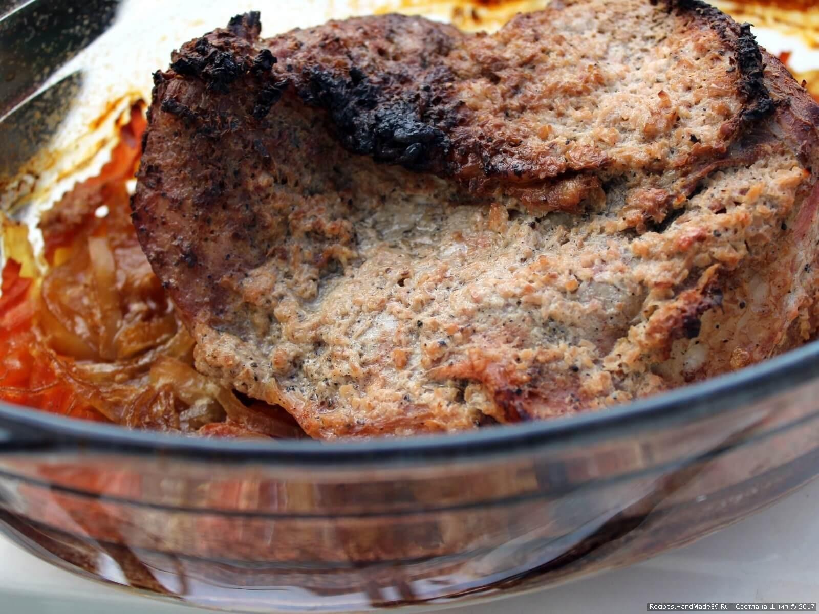 Убрать крышку (снять фольгу) и запекать мясо ещё 20 минут