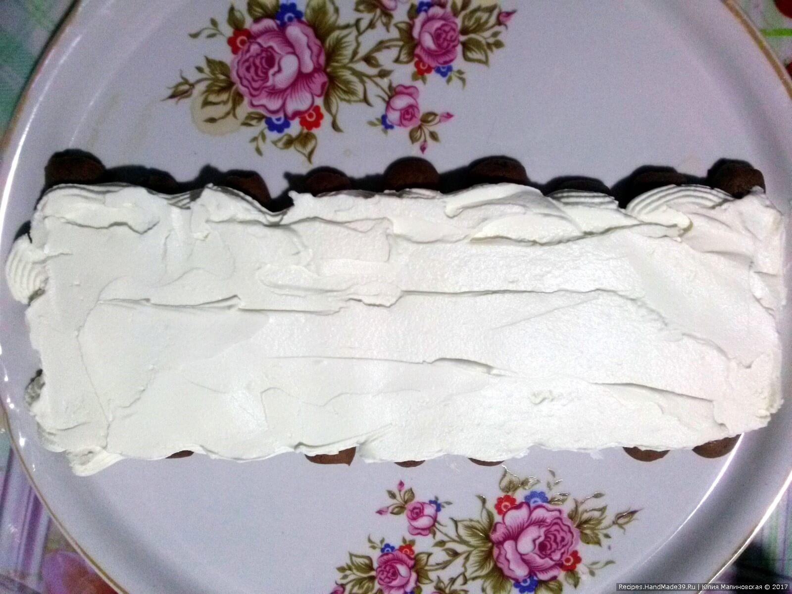 Намазать печенье слоем крема