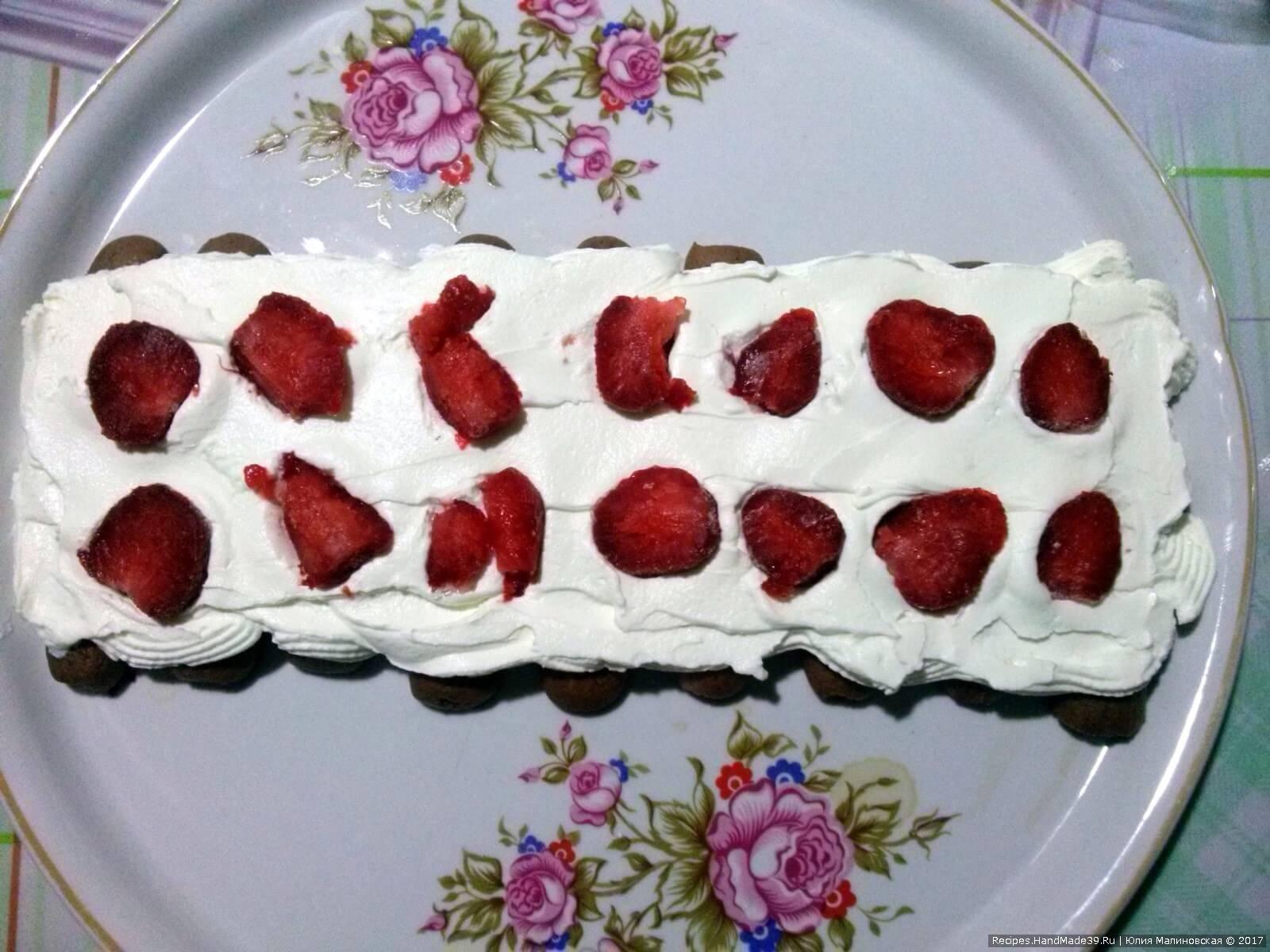 Выложить ягоды клубники