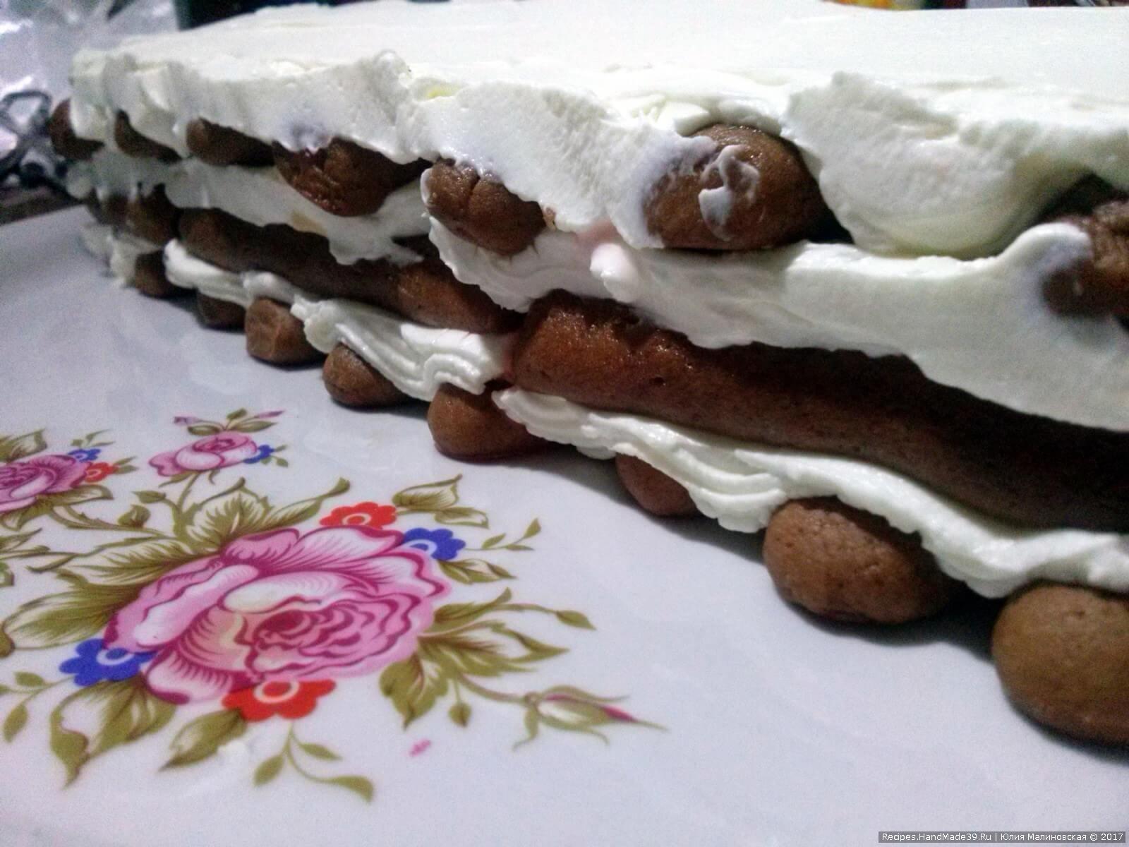 Выложить последний слой печенья и намазать слоем крема