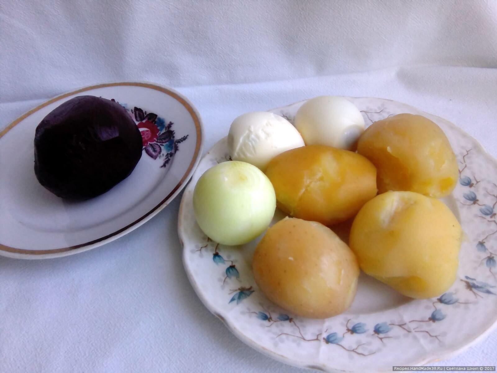 Картофель, свёклу и яйца отварить, остудить и почистить