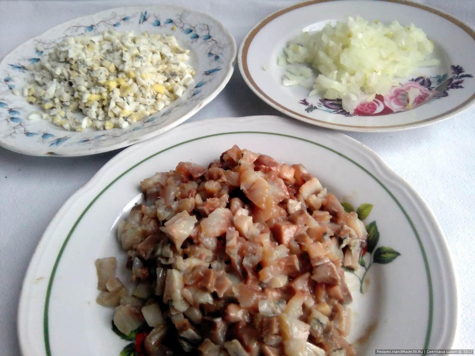 Яйца, сельдь и лук мелко порубить
