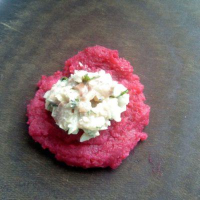 Из свекольно-картофельной массы сделать небольшую лепёшечку