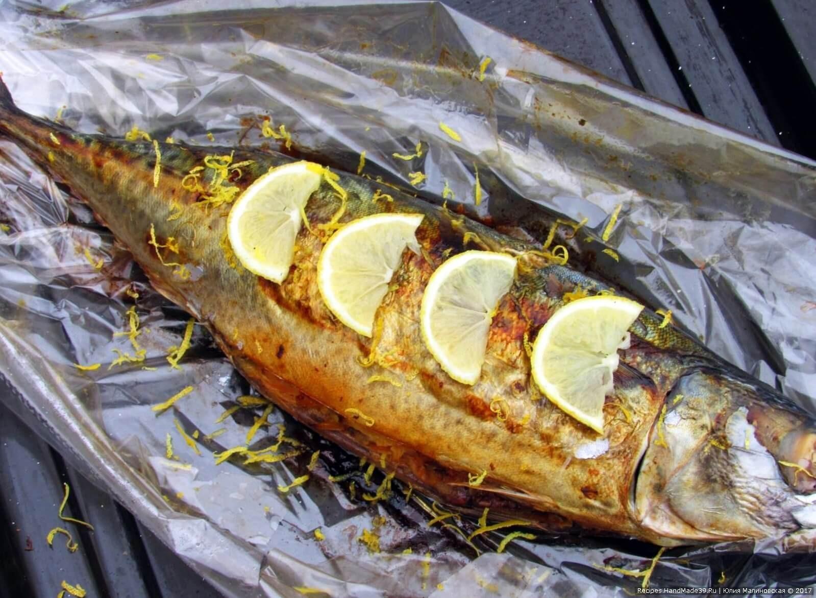 Готовую горячую рыбу полить соком лимона и обсыпать цедрой. Приятного аппетита!