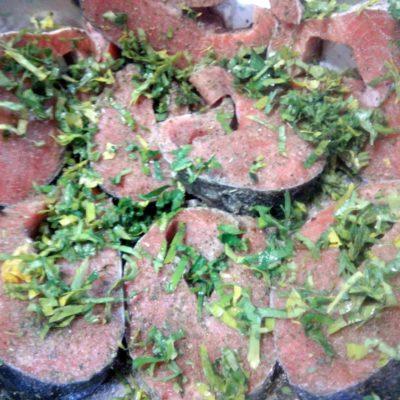 Добавить специи, мелко порезанную зелень. Оставить мариноваться на 30 минут
