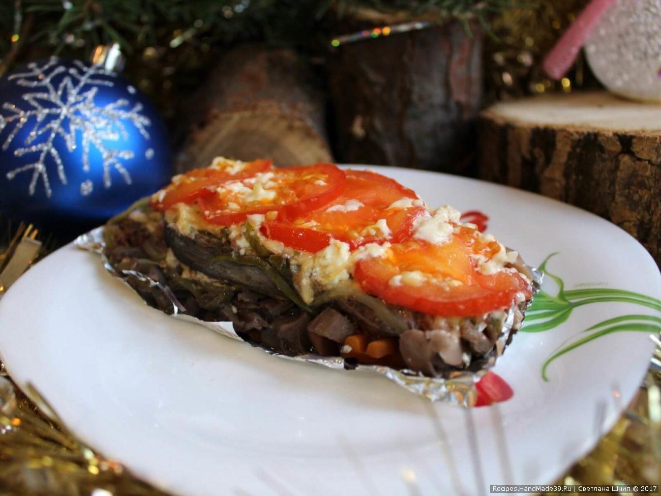 Сёмга на овощной подушке с грибами, запечённая в духовке