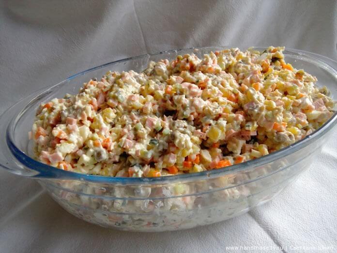 Всё перемешать и заправить майонезом и сметаной. Так салат получается менее калорийным и нежнее на вкус