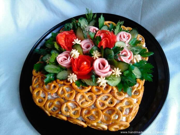Цветы можно сделать из того, что есть в холодильнике. Обычно на украшение идут те продукты, которые входят в сам салат. Я для яркости добавила розы из помидора, розочки из варёной колбасы и мелкие цветочки из желтка яйца