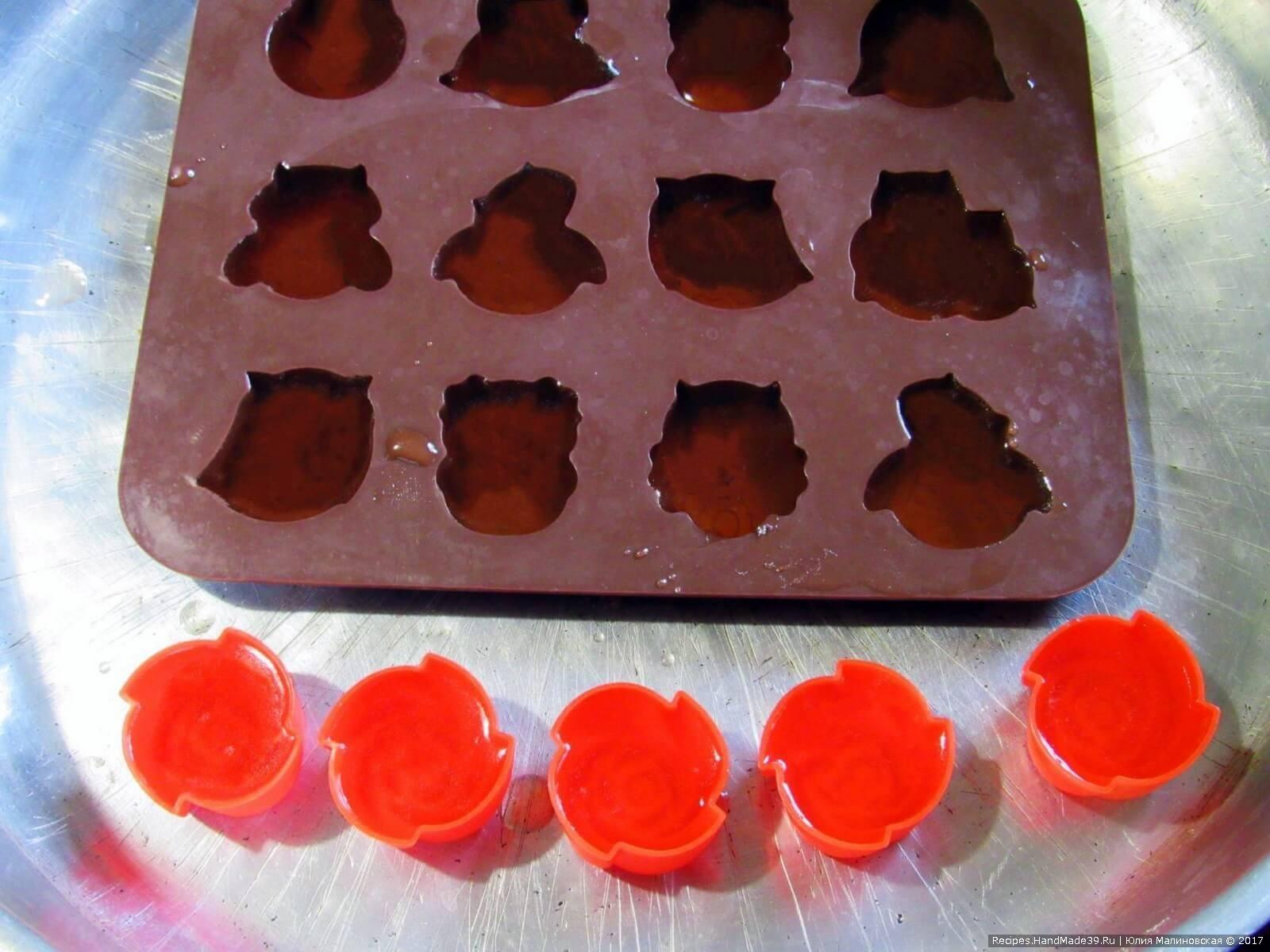 Разлить желе по формочкам, охладить 2-3 часа в холодильнике