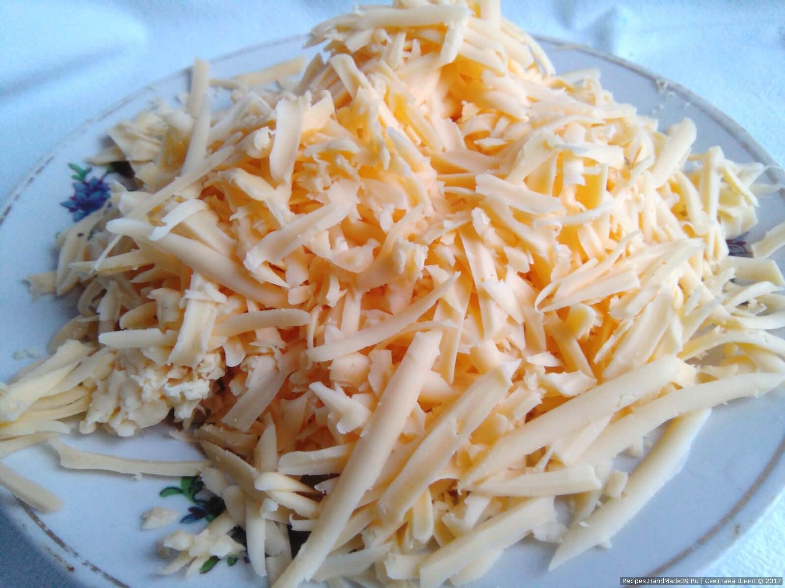 Салат «Шишки» с ананасами и курицей – фото шаг 3. Сыр натереть на средней тёрке
