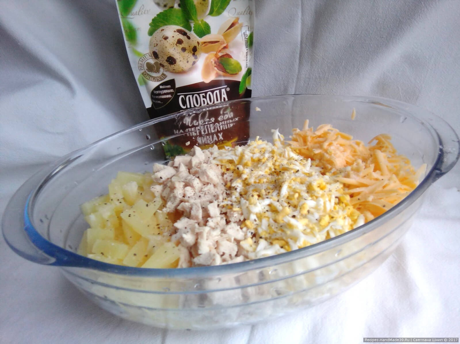 Салат «Шишки» с ананасами и курицей – фото шаг 5. Добавить ананасы в тарелку к остальным продуктам
