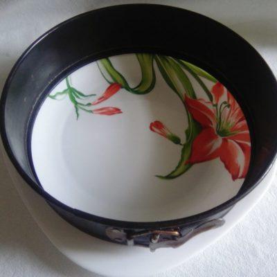 На тарелку кладём кольцо и выкладываем слоями: 1 свёкла на крупной тёрке, посолить