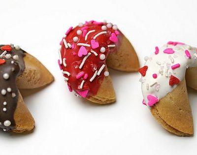 Готовое печенье можно наполовину обмакнуть в растопленный шоколад и, пока он не застыл, украсить кондитерской посыпкой или кокосовой стружкой
