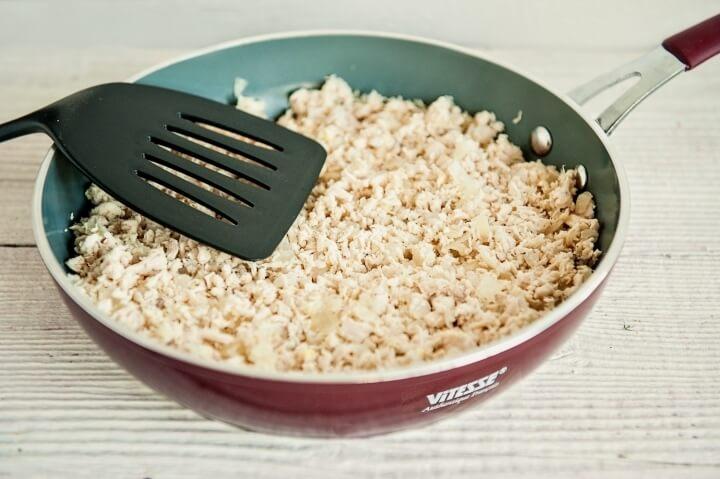 Салат «Гранатовый браслет» – фото шаг 2. Отварить куриное филе. Мелко порезать его и слегка обжарить на сковороде с нарезанным луком