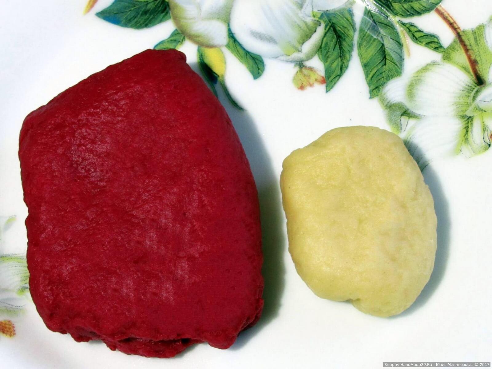 Взять 2/3 теста и окрасить красным пищевым красителем