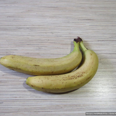 С бананов снять шкурку и измельчить их в пюре