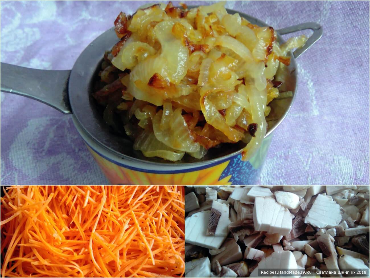 Овощи и грибы пассеровать до мягкости на сковороде с небольшим количеством масла