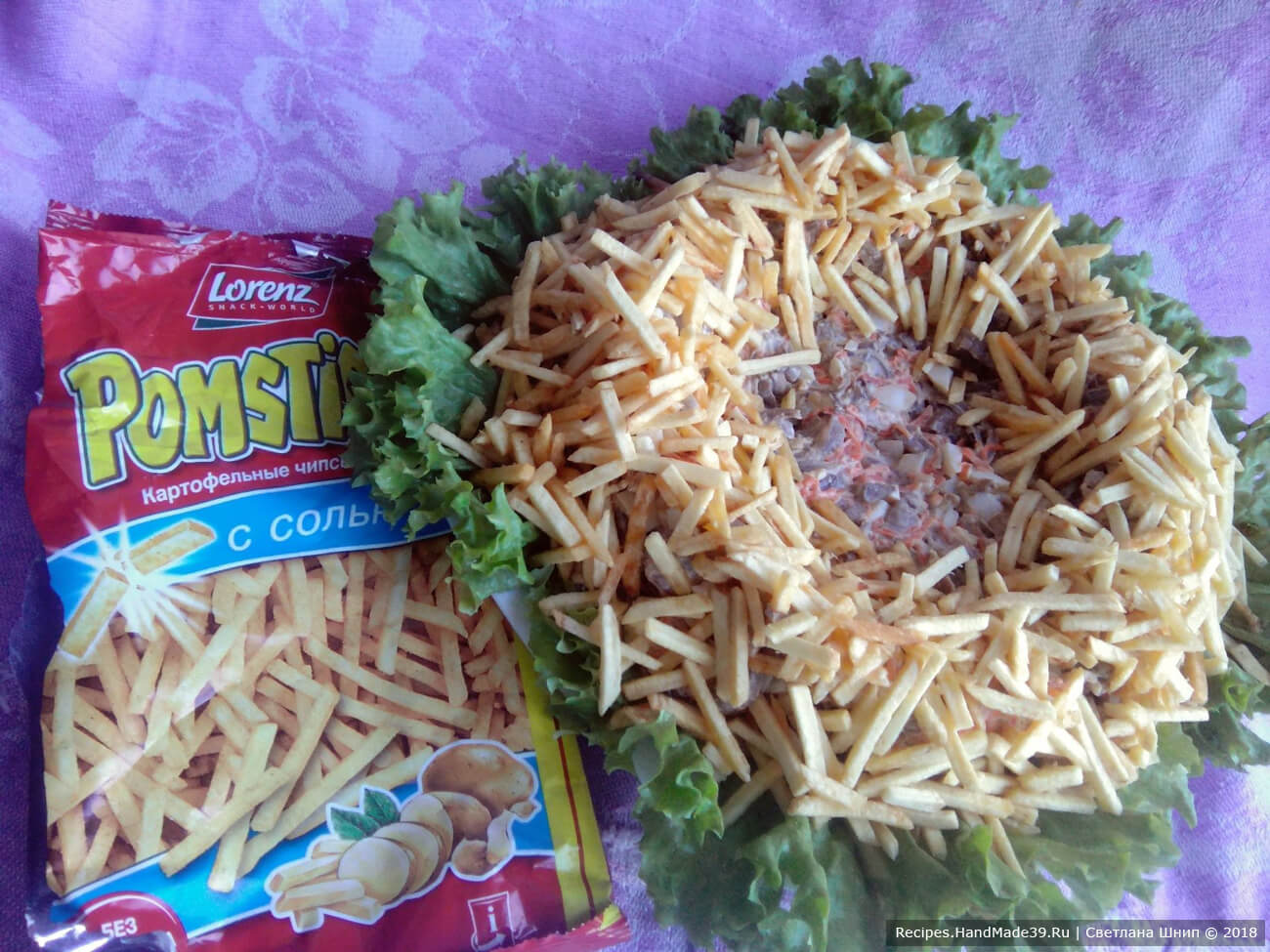 По окружности выложить приготовленный картофель фри