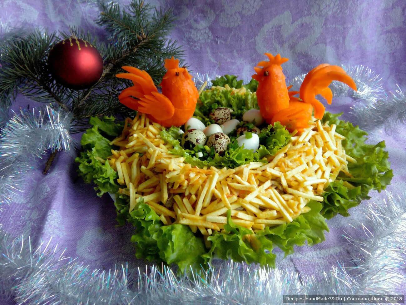 Салат «Гнездо» с куриными желудками, яйцами и картофелем фри