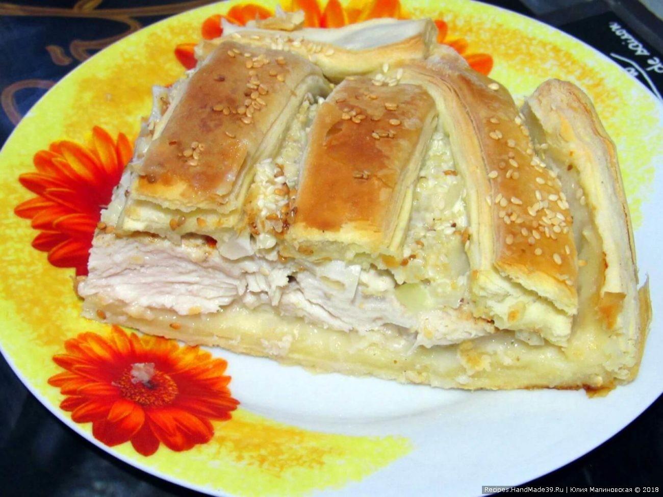 Пирог с курицей и маринованным луком