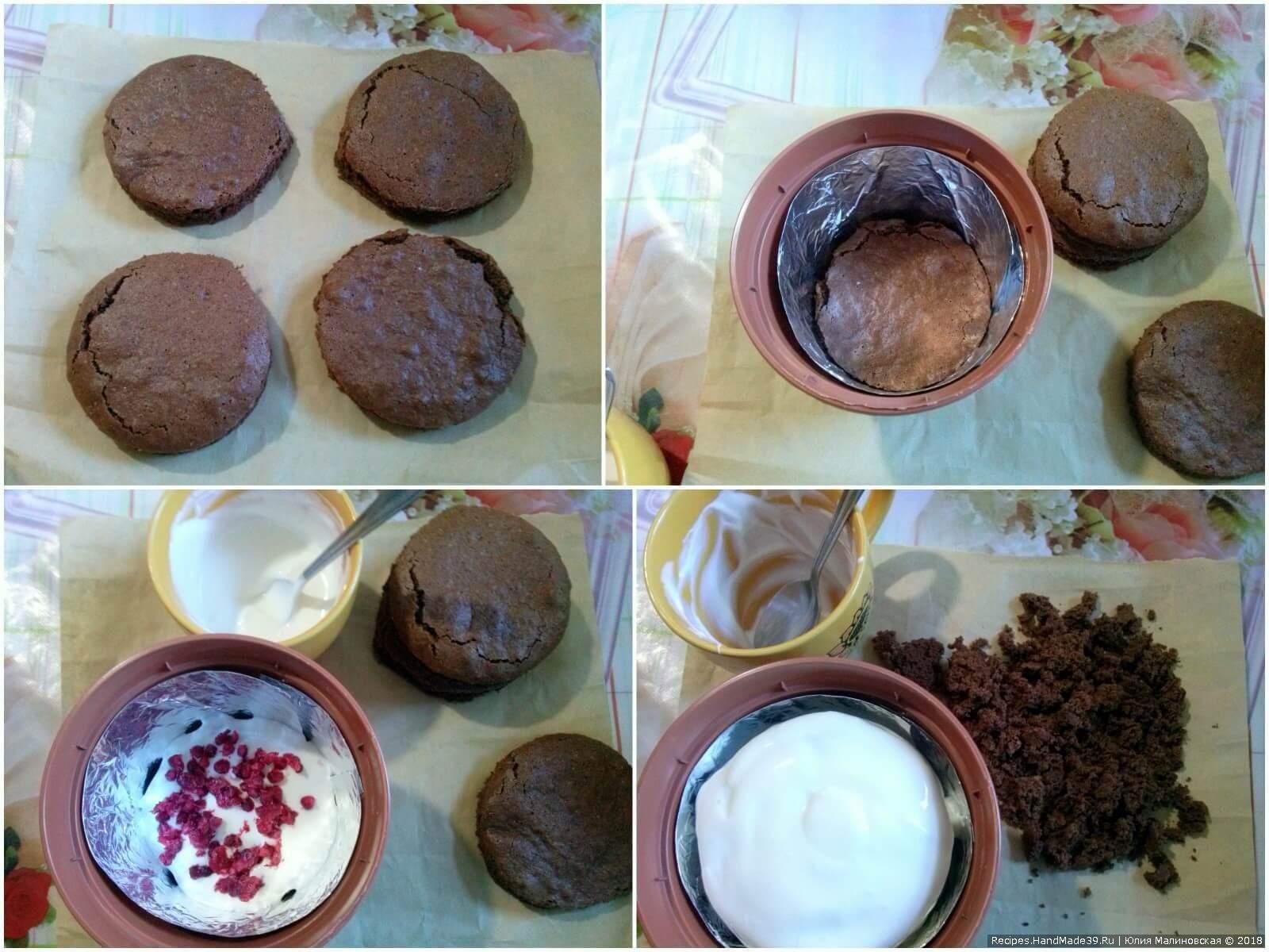 На дно горшка выложить бисквит, сверху – крем и ягоды малины. Повторить. Последний бисквит намазать кремом и посыпать крошкой из остатков бисквита
