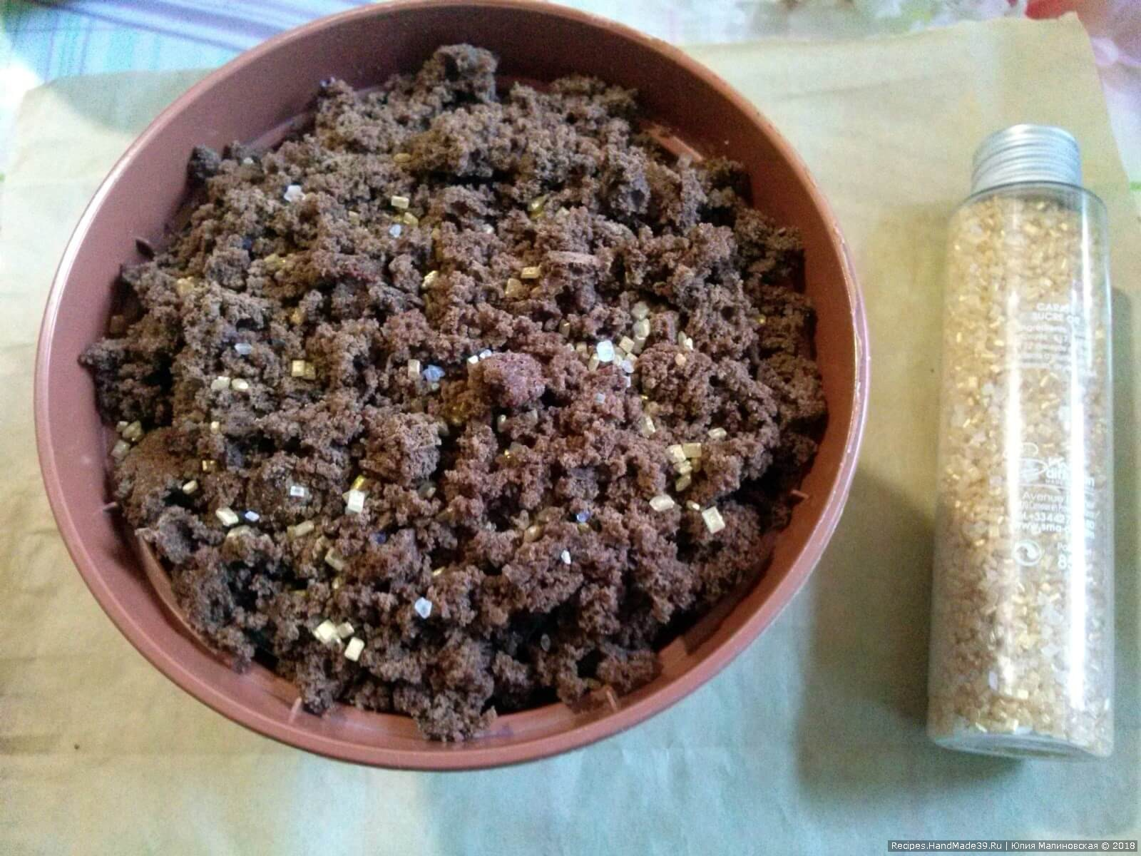 Для натуральности можно подсыпать сахарных кристаллов жёлтого цвета, имитирующих песок