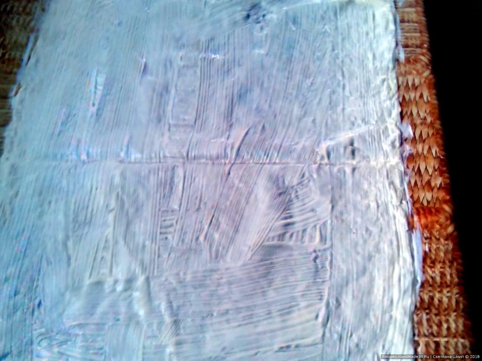 Тонкий лаваш разложить на столе на всю величину. Сверху смазать лаваш кисточкой тонким слоем майонеза