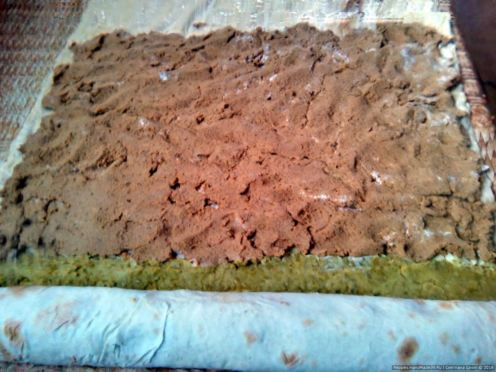 Печёночный паштет равномерно распределить по поверхности лаваша