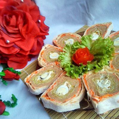 Рецепт рулета из лаваша с начинкой из паштета, перепелиных яиц, моркови и зелёного горошка