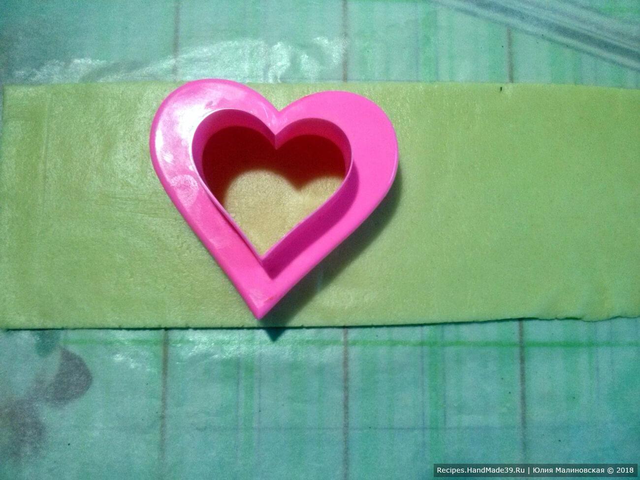 Достать тесто и раскатать толщиной 0,5 см – полосами. Они должны быть не длинными. Ширина полосы должна соответствовать размеру вашей формы для печенья «сердечко»