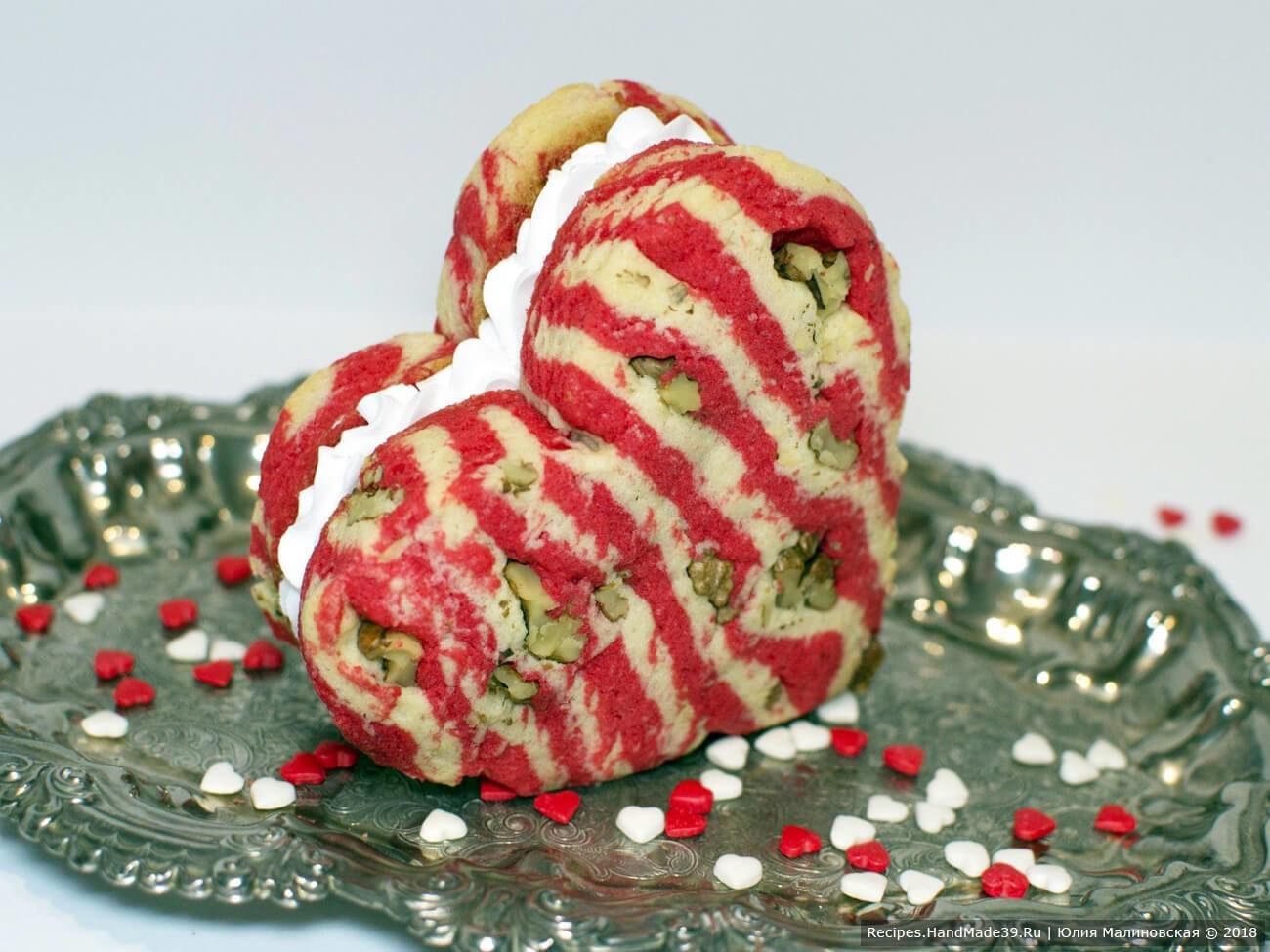 Ореховое полосатое печенье в форме сердца