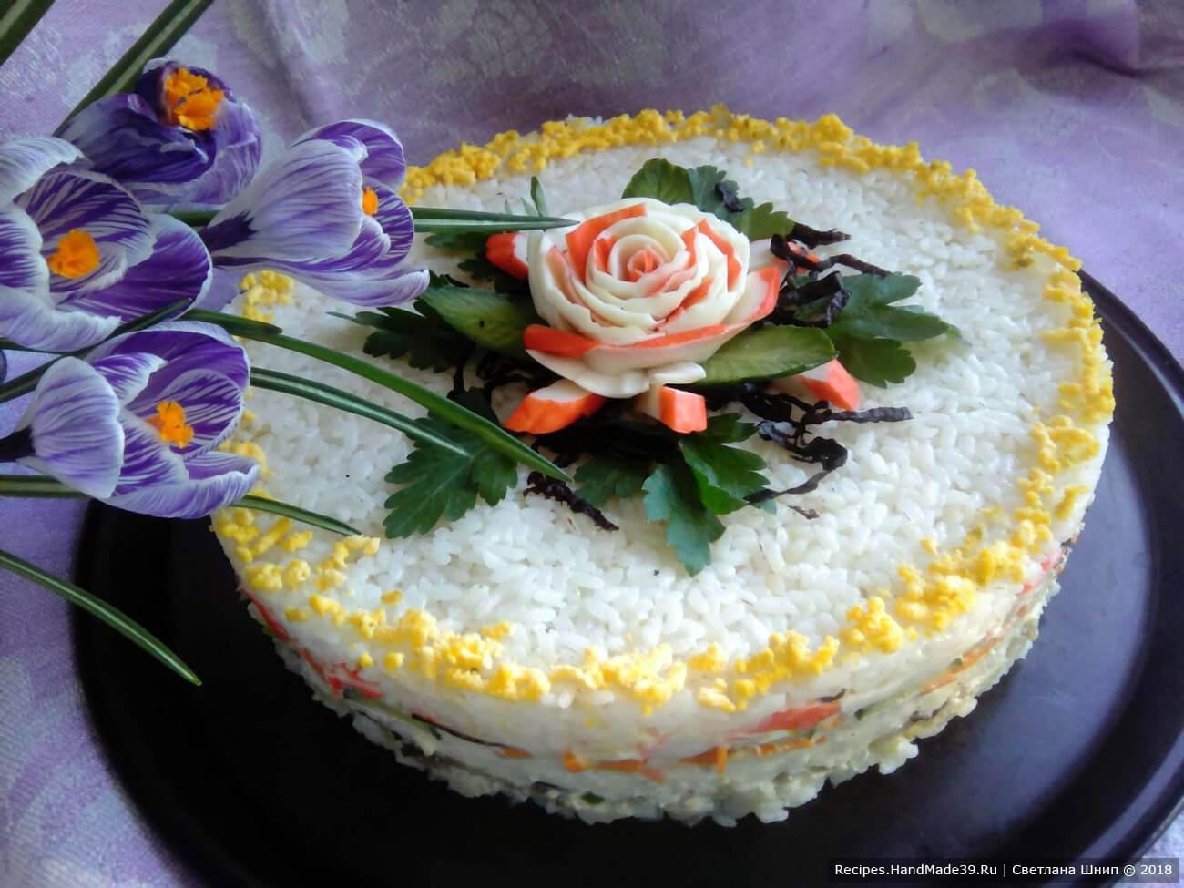 Многослойный закусочный салат-суши с рыбой, сыром, крабовыми палочками, нори