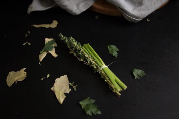 Говядина по-бургундски – фото шаг 4. Для аромата добавить к мясу букет гарни: стебли петрушки и веточку свежего тимьяна перевязать хлопковой нитью. Отдельно добавить лавровый лист
