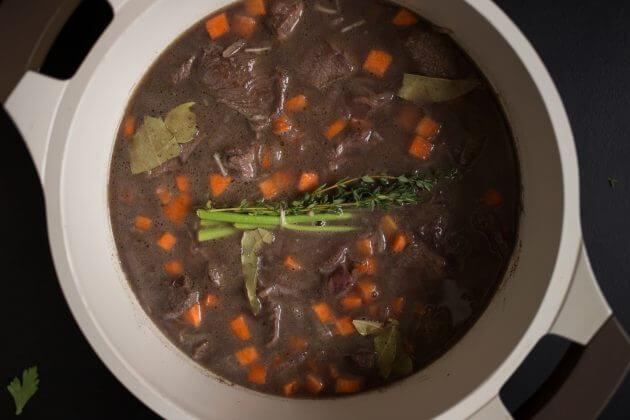 Говядина по-бургундски – фото шаг 5. Залить всё водой так, чтобы покрыть мясо. Соотношение говядины и воды должно быть примерно 2:3