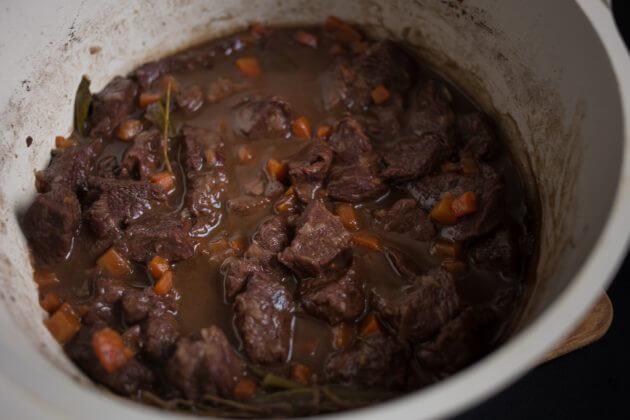 Говядина по-бургундски – фото шаг 6. Примерно каждые 15–20 минут блюдо следует перемешивать, особенно внимательно следя за процессом ближе к завершению готовки. Попутно собирать с поверхности образующуюся пену и жир