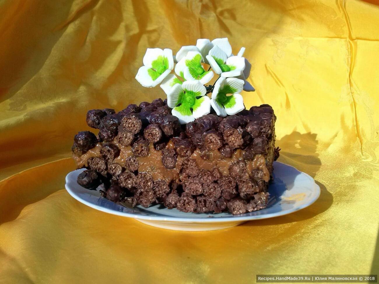 Этот торт можно сделать с варёной сгущёнкой. Для этого шарики выложить в две одинаковые формы, чтобы получить два коржа. Коржи прослоить вареной сгущёнкой