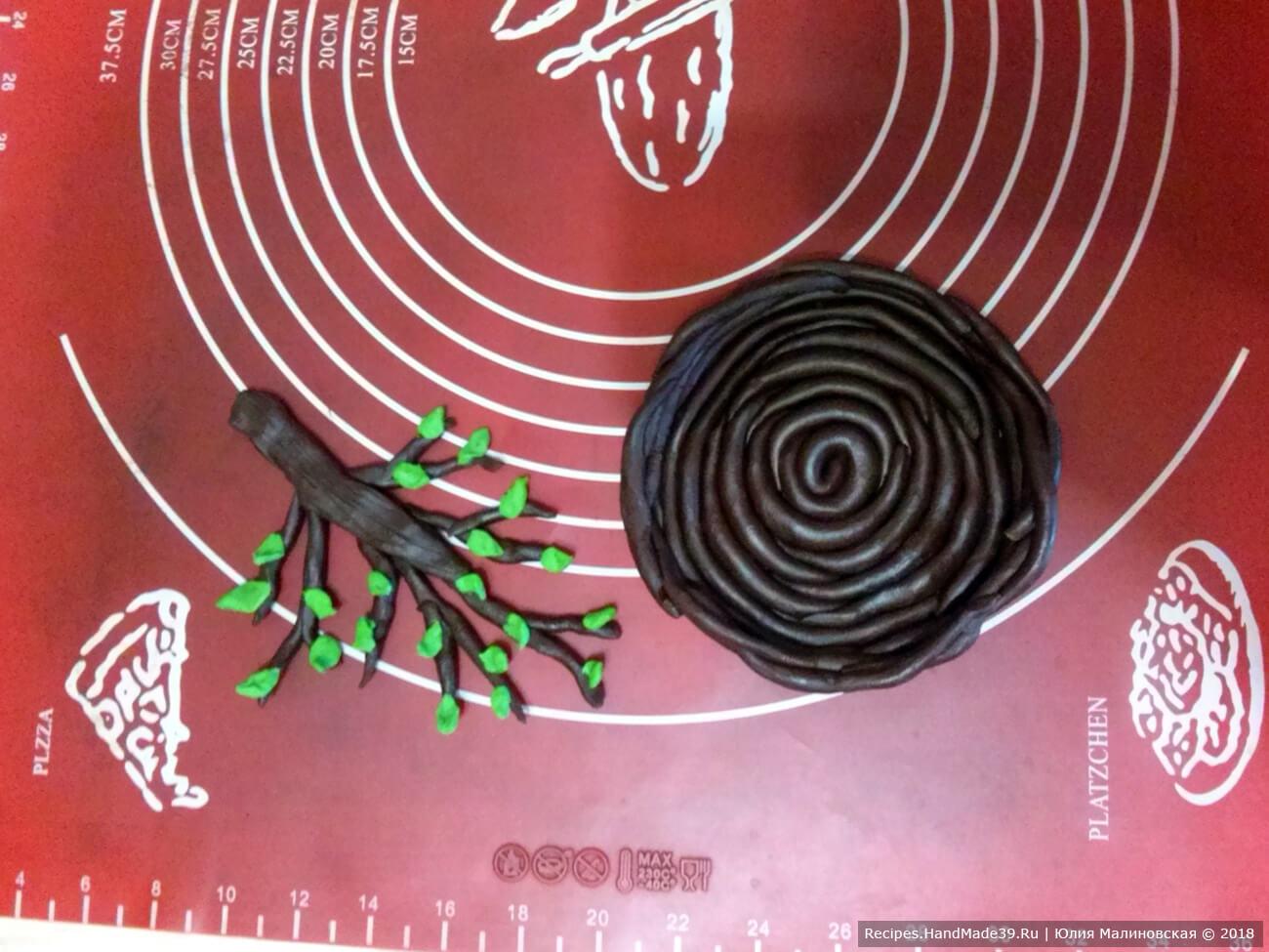 Из чёрного пластичного шоколада сделать ветки и гнёзда. Листочки – зелёный шоколад